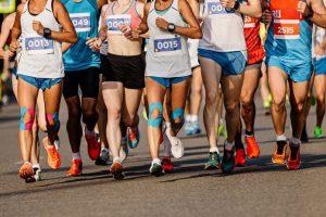 テーピングをしているマラソンランナー