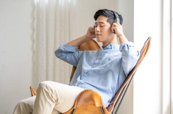 音楽を聴きながらリラックスする男性