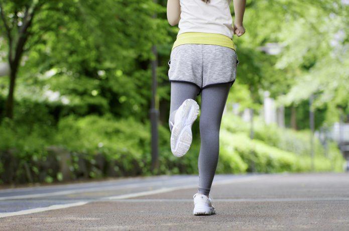 ランニングをする女性ランナー