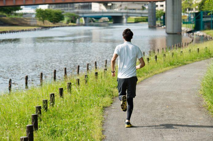 ポイント練習を意識してジョグをするランナー