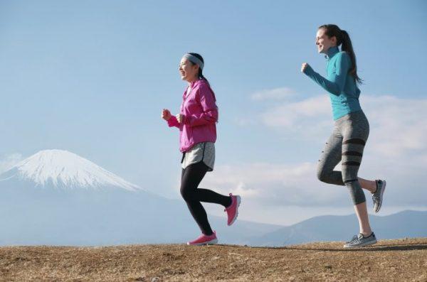 つま先側で着地する女性ランナー