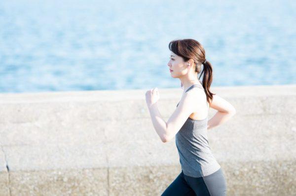 姿勢の美しい女性ランナー