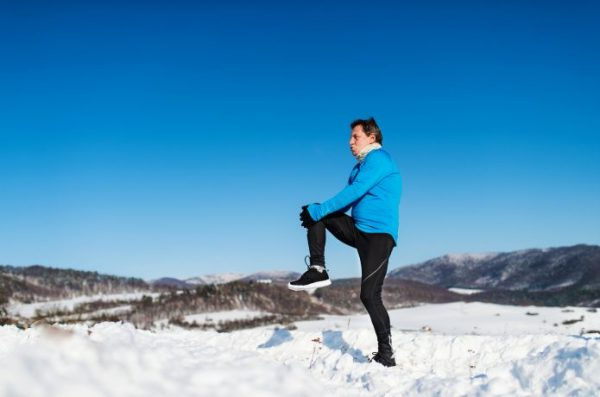 男性ランナー 雪上 トレーニング
