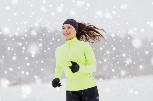 女性ランナー 雪