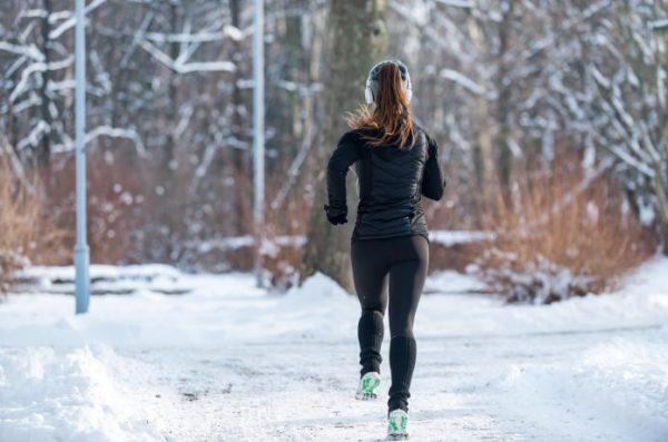 女性ランナー 雪上ランニング