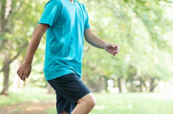 公園でスロージョギングをする男性