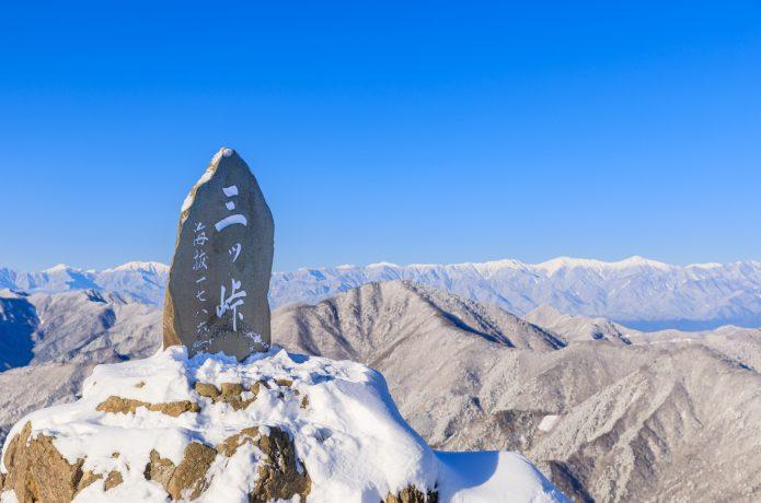 寒そうな山の写真