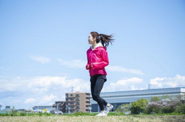 狭い歩幅で走る女性