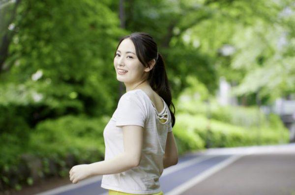 ゆっくりペースで走る女性