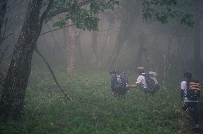 雨天時に登山をする人たち