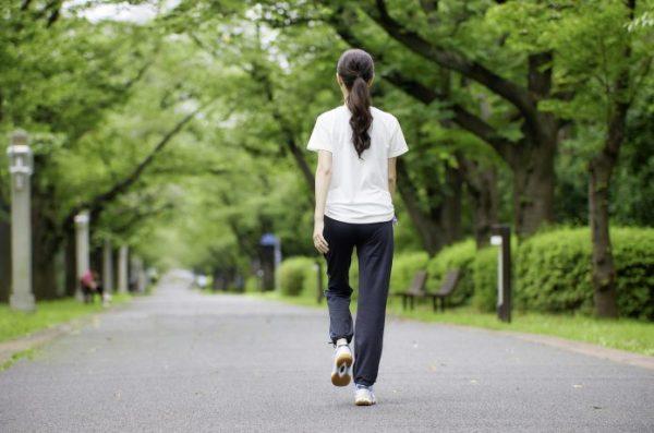 公園でウォーキングをする若い女性