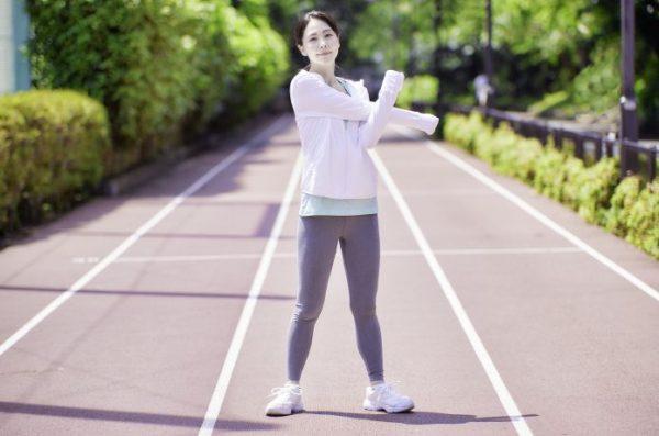 ウォームアップをする女性ランナー