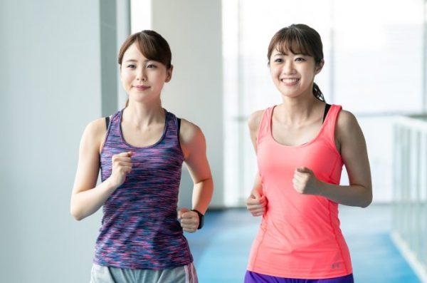 おしゃべりしながらスロージョギングをする女性