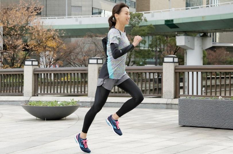 ミズノのウェアを着て走る女性
