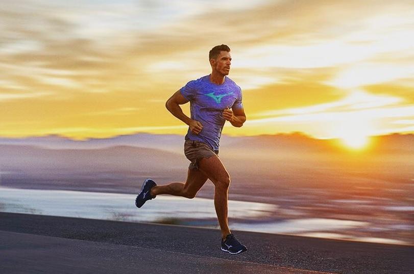 ミズノのウェアを着て走る男性