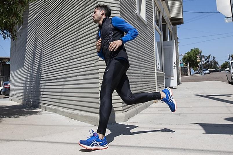 アシックスのウェアを着て走るランナー