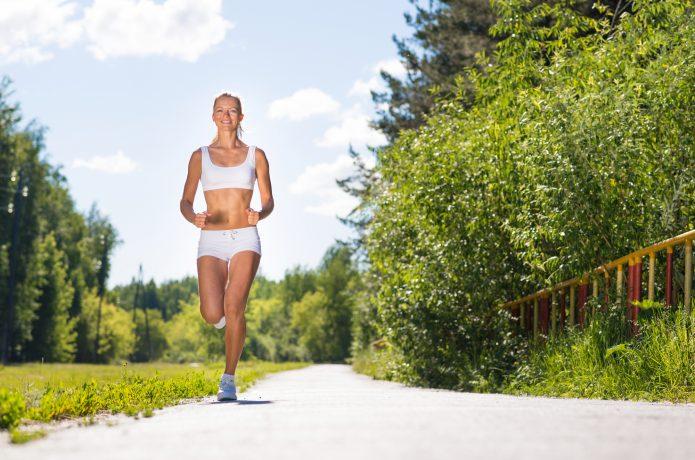 女性 ジョギング 緑