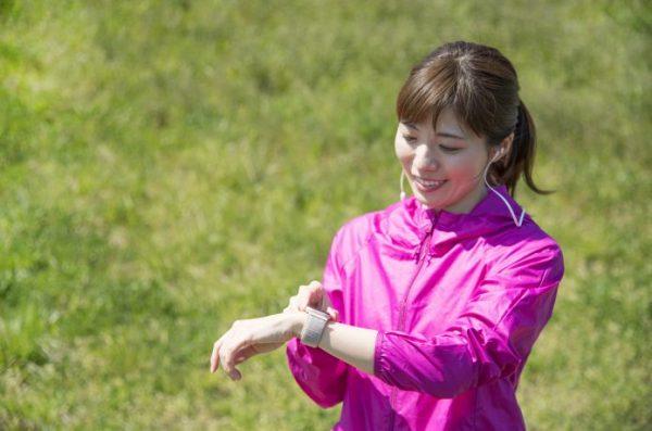 自分のペースでトレーニングをする女性ランナー