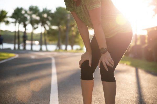自分の限界を越えて走り、疲れている女性ランナー