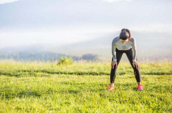 スタミナ不足で疲れ切っている女性ランナー
