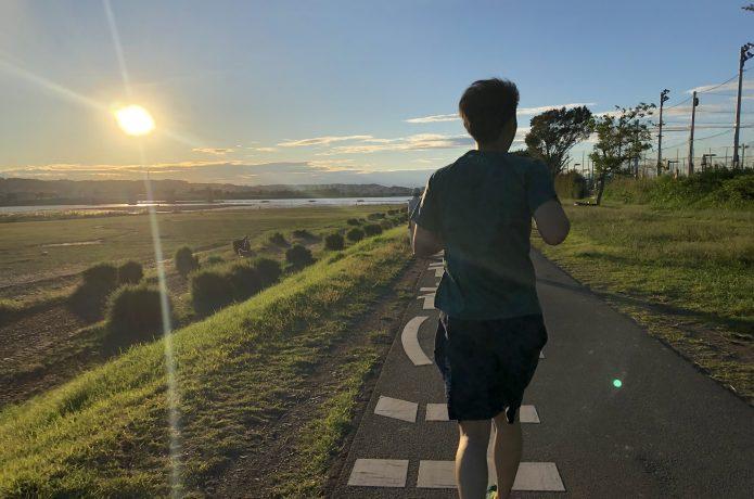 夕方に走る男性