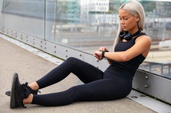 疲れて座り込んでいる女性ランナー