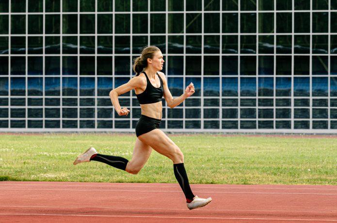 競技場でのミドルパワーでの走行がイメージ出来る写真