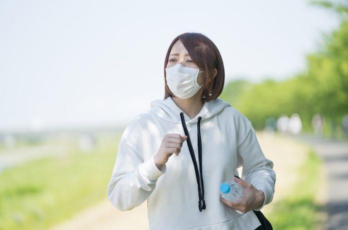 水を持って走る女性