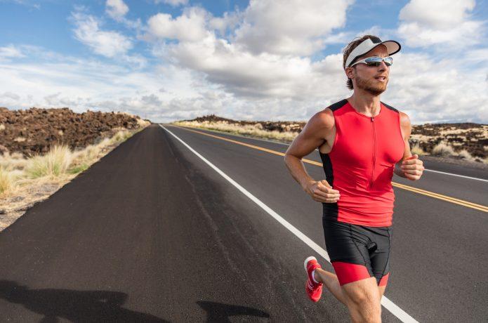 ランニング サングラスをかけて走る男性