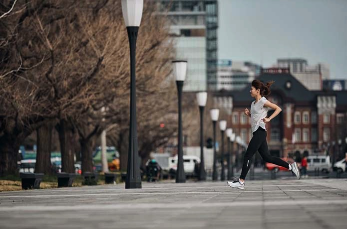 サロモンのランニングウェアを着て走る女性