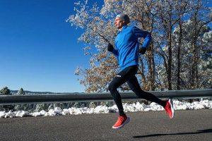 「CARBON X 2」を履いて走る男性