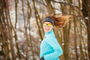 サングラスをして走る女性
