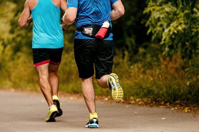 ボトルポーチを身に付けて走る男性