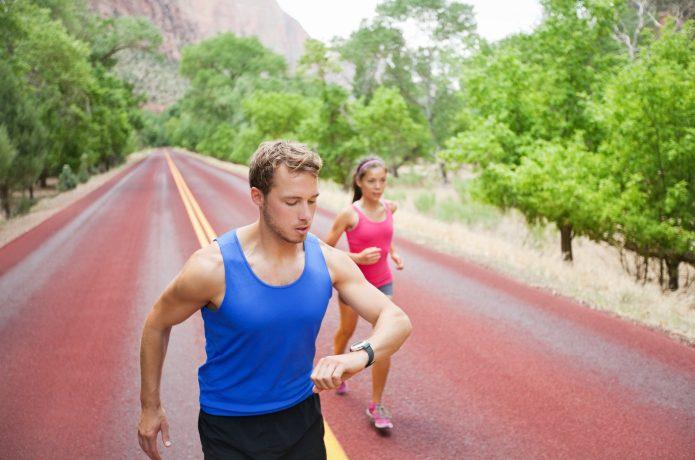 心拍数を計測しながら走る男性
