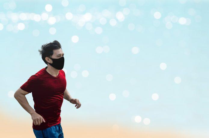 マスクをしながら走っている男性