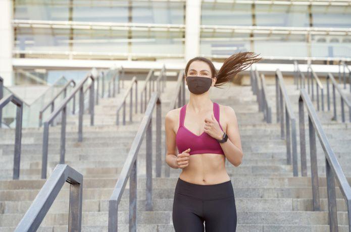 マスクをしながら走っている女性