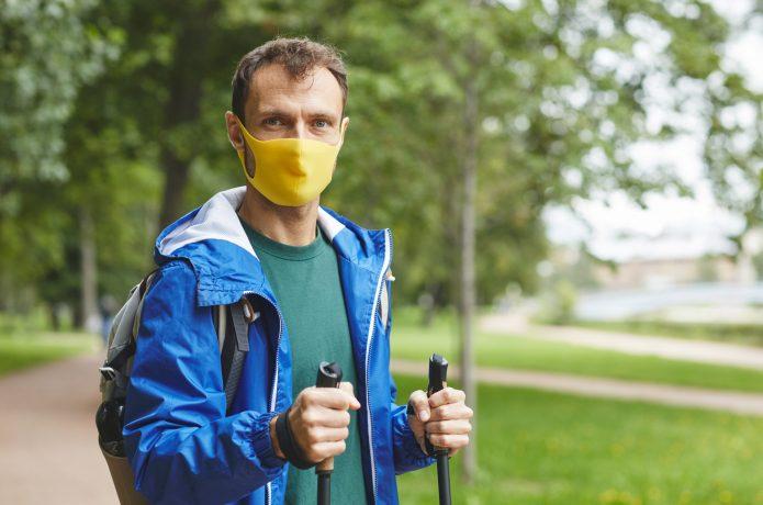 マスクをして立っている人