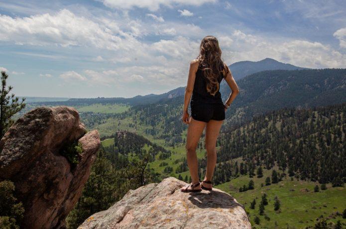 サンダル 女性ランナー 山頂