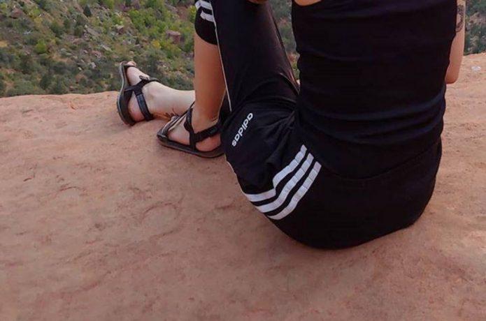 サンダル 岩の上 女性ランナー