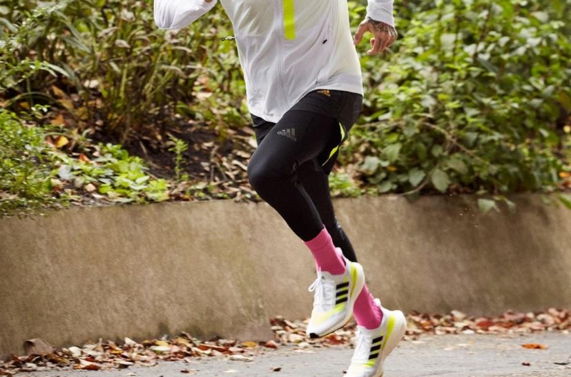 ウルトラブースト21を履いて走る男性