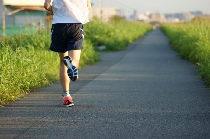 ジョギングするランナー