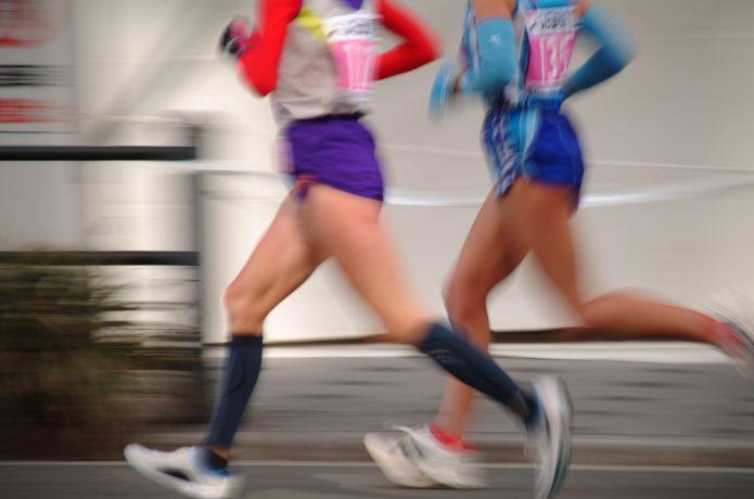 マラソン大会に出場するランナー