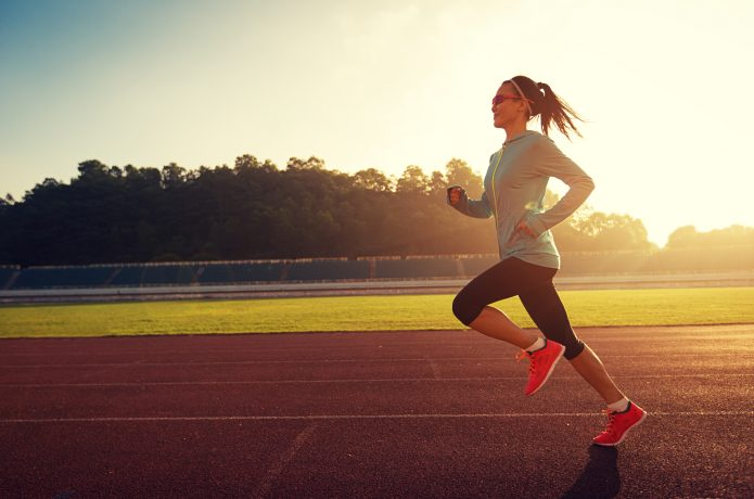 グランドを走る女性