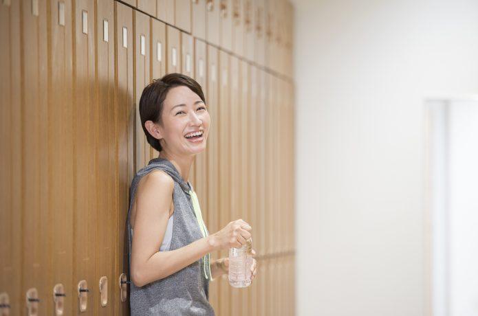 水分補給している女性
