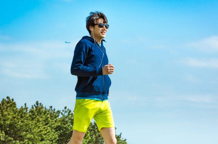 ウェアを着て走る男性