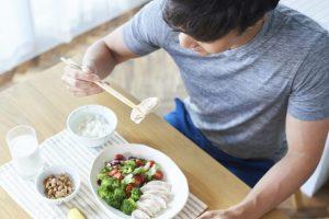 筋トレ中の男性のタンパク質の多い食事