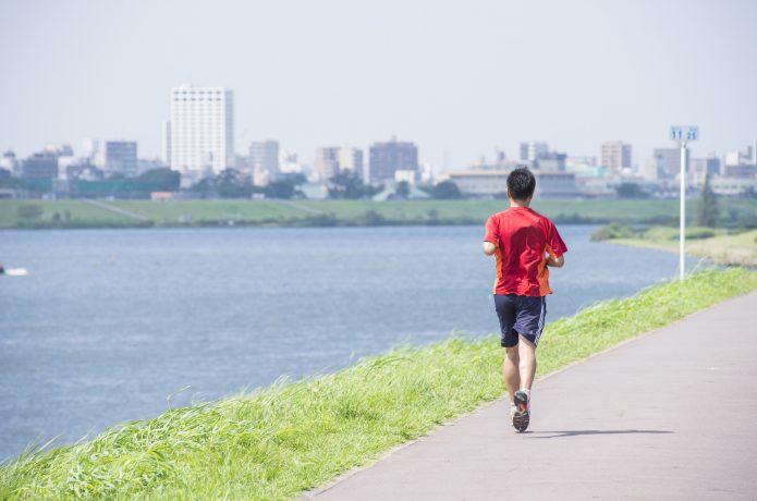 川沿いを走るランナー