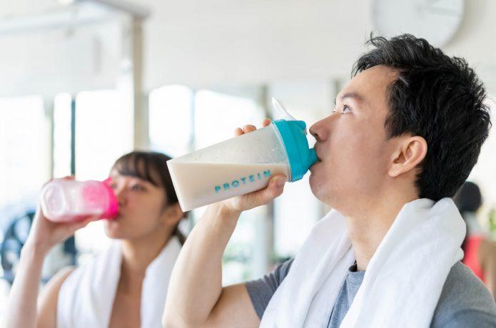 運動後にプロテインを飲む男女