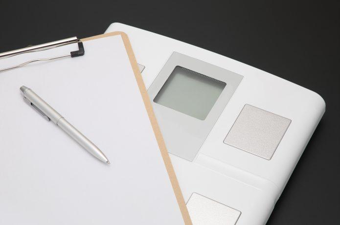 体重計とメモ用紙