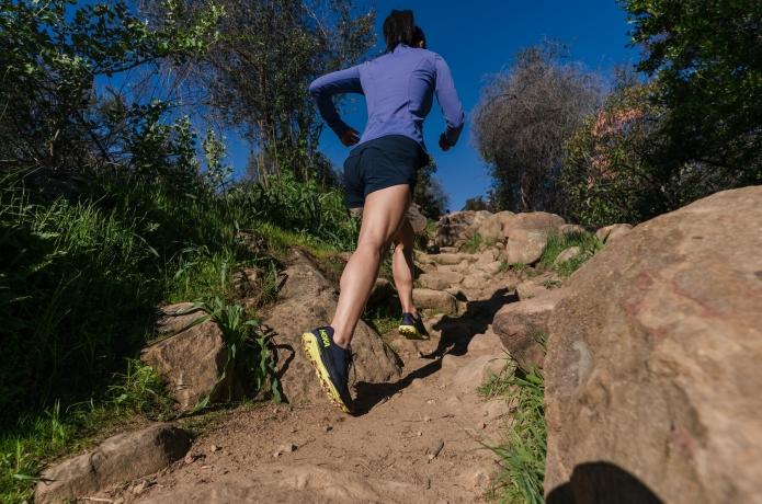 ホカのギアで山を走っている画像